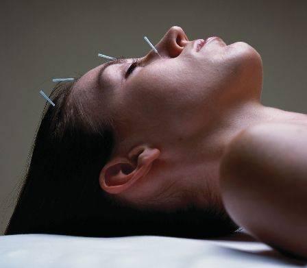 Principy fungování akupunktury nebyly z hlediska západní medicíny zatím dostatečně objasněny a řada lékařů ji proto dodnes považuje za pavědu. Studie, publikovaná nedávno v prestižním časopise Nature Neuroscience, ukazuje na jeden z možných mechanismů působení jehliček na molekulární úrovni.