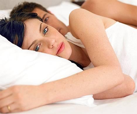 Čím více ženy odkládají rodičovství, tím méně jim pochopitelně zbývá času do menopauzy. S přibývajícím věkem se proto snaží tuto nevýhodu snížit tak, že jsou podstatně svolnější k typům milostných hrátek, na které by se za mlada snad ani neodvážily pomyslet.