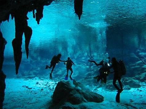Tým archeologů z University of Illinois  nedávno vyměnil lopatky a štětečky za ploutve a kyslíkové lahve a vydal se  zkoumat tajemství rybníků v oblasti Cara Blanca v dnešním Belize. Stopy zde zanechali příslušníci pozdní fáze civilizace starých Mayů.