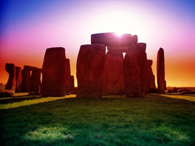 V roce 2007 byly v blízkosti slavného jihoanglického  monumentu objeveny zbytky vesnice, zcela nedávno přišel další významný objev. Jen několik set metrů od komplexu kamenných menhirů byly objeveny zbytky podobné kruhové struktury. Na jednotné interpretaci objevu se však archeologové zatím neshodnou.