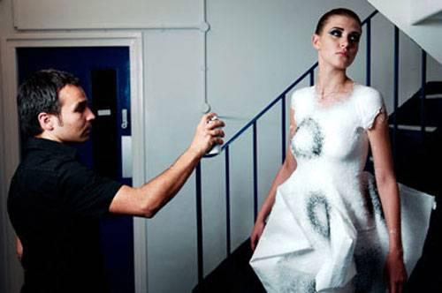 """Španělský dizajnér a inženýr Manel Torres, jehož pracovištěm je nyní prestižní Imperial College London, představil nedávno jedinečnou novinku. Jsou jí """"šaty ve spreji"""", které jsou prakticky k nerozeznání od těch, které známe ze seriálu Futurama."""