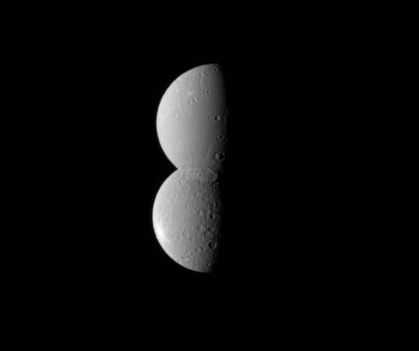 Staré moudro, že vše je relativní, nedávno nádherně potvrdily snímky sondy Cassini,  která monitoruje měsíce planety Saturn.  Podařilo se jí pořídit snímek, na němž vypadají dva z Saturnových měsíců, jakoby stavěly sněhuláka. Ve skutečnosti šlo však jen o správně zvolený úhel pohledu.