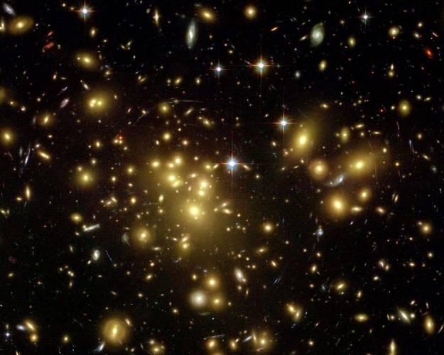 Ve vesmíru si lze stěží představit větší uvolnění energie, než jaké vzniká při srážkách těch největších objektů, které astronomové rozlišují - takzvaných kup galaxií. Díky této energii by mohlo vznikat zvláštní, ultra vysokoenergetické záření.