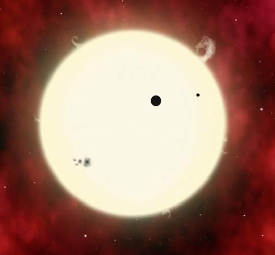 Odhad hmotnosti vzdálených hvězd představuje pro astronomy vážný oříšek. Hvězdu pochopitelně nelze zvážit přímo a tak je třeba zapojovat nejrůznější metody nepřímé. S novým postupem nedávno přišel astrofyzik David Kipping z Harvardovy univerzity.