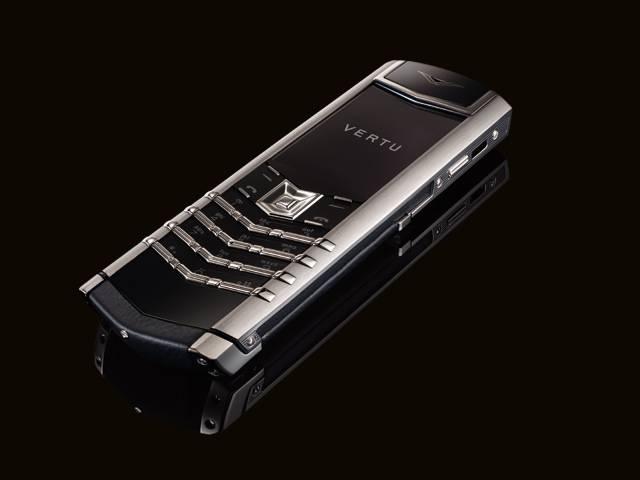 Mobilní telefon se do dnešního dne stal už samozřejmou součástí každodenního života. Jenom v České republice je aktivních 14 milionů SIM karet. I objem prodeje samotných přístrojů neustále roste. Existují však společnosti, které se od ostatních v mnohém liší.