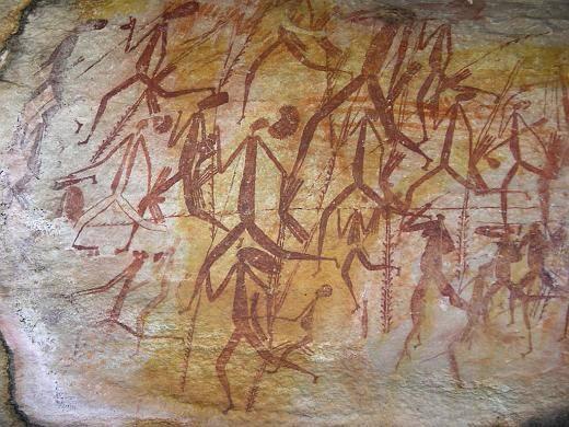 """Obrázky vyškrábané do skály, objevené v oblasti Kimberley v západní Austrálii, se ukázaly být dílem původních obyvatel Austrálie, starým 40 000 let. Na rozdíl od jiných skalních """"malůvek"""", které časem vyblednou, jsou však barvy těchto petroglyfů stále živé. Australští vědci nedávno objevili, že jim k jejich barvě napomáhají zvláštní """"živé pigmenty""""."""