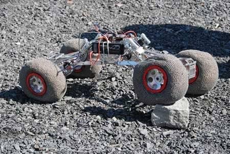 Nerovný a nepředvídatelný terén mimozemských těles představuje pro konstruktéry mobilních průzkumných jednotek velkou výzvu. Jedni se snaží obejít problémy tím, že namísto vozítek konstruují skákající koule, jiní sázejí na tradičnější způsoby. Kanadští inženýři přišli nedávno s návrhem elastických kol.