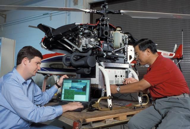 Takový laser je docela šikovná věc. Lze jím vrtat, používá se v medicíně nebo v technologiích optických záznamových médií. Nyní proniká i do letectví. Technologům z americké společnosti LaserMotive se podařilo pomocí laseru udržet ve vzduchu malý ultralehký vrtulník po dobu více než dvanácti hodin.