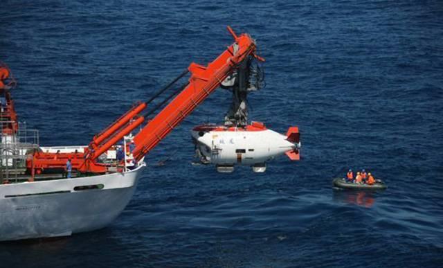 Kde jsou ty časy, kdy byly ponorky poháněny ruční klikou! Tomu by se konstruktéři dnešních moderních podmořských strojů asi jen nevěřícně zasmáli. Do rodiny vyspělých ponorek nyní přispěla i Čína. Její stroj Jiaolong se dokáže ponořit až do hloubky 7000 metrů, o čemž si jakákoliv jiná pilotovaná ponorka může nechat jen zdát.