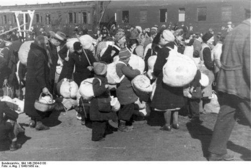 Ankunft von Flüchtlingen aus Ostpr. in Schleswig-Holstein (Bahnhof Meldorf).