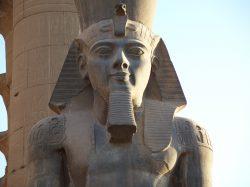 Další objev z Egypta: Archeologové nalezli kus sochy Ramesse II.
