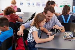 Nově učitelům s kyberbezpečností pomáhají oblíbené podcasty