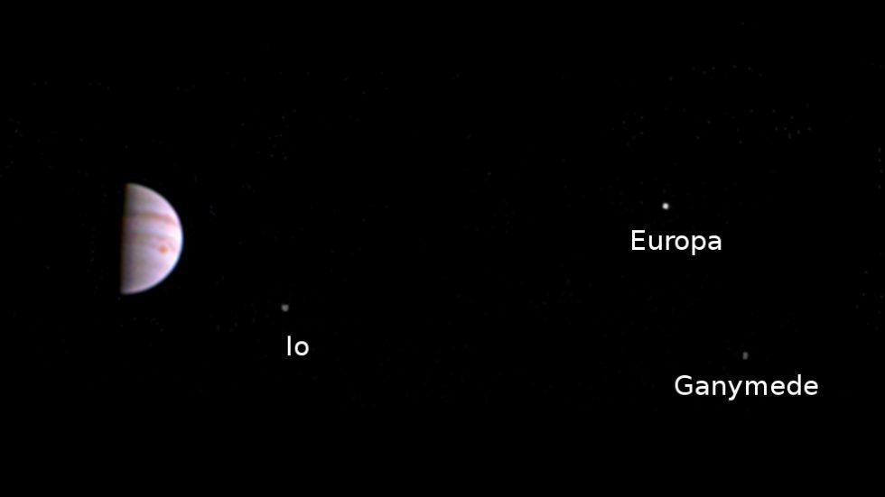 První snímek Jupitera ze sondy Juno