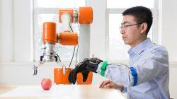 Rukavice umožní komunikovat s robotem
