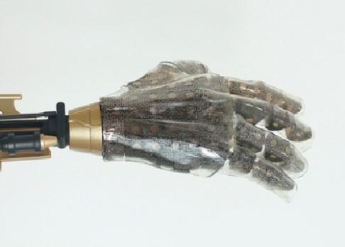 Nově vyvinutá umělá kůže cítí teplo i doteky