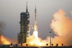 Čína vyslala kosmonauty ke své experimentální vesmírné stanici