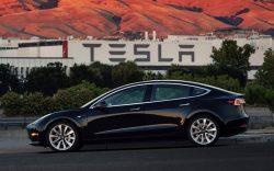 Tesla Model 3 má spustit éru elektromobilů pro masy. Stojí 800 tisíc korun