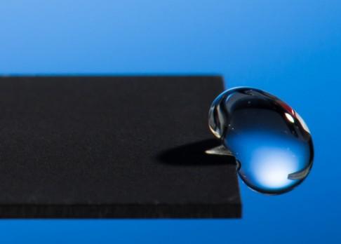 Od superhydrofobního kovu kapky odskakují