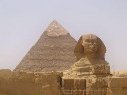 Egypt se pyšní největší pouští a sochou světa, přesto turisty nejvíce lákají pyramidy