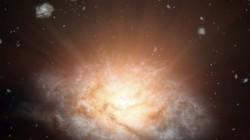 Nová galaxie září jako 300 biliónů sluncí